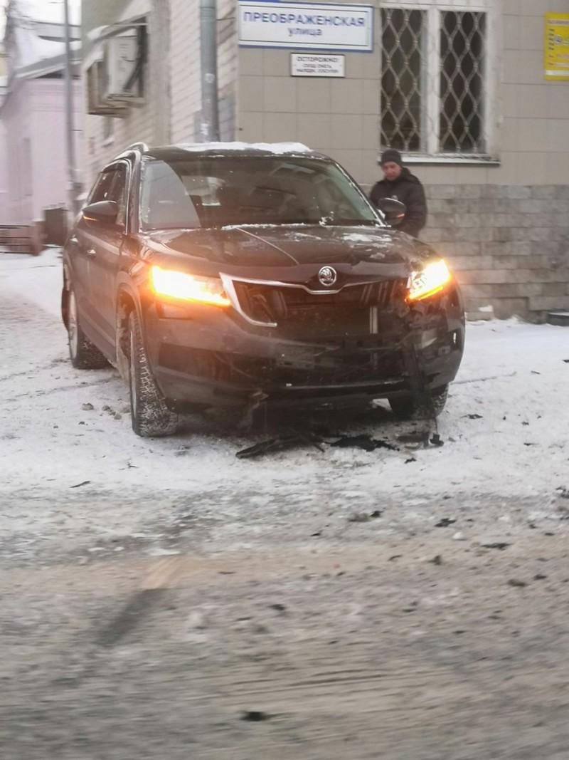 В центре Кирова внедорожник впечатало в стену