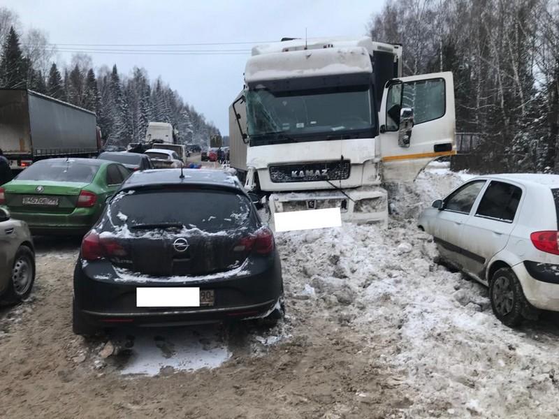 """Потерявший управление """"КамАЗ"""" разбил 4 иномарки"""