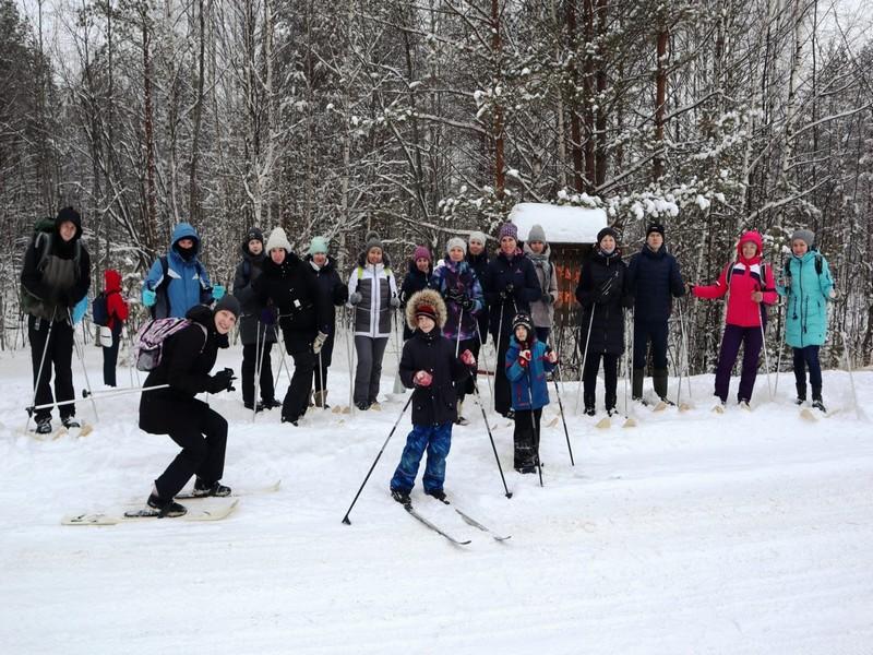 В Нургуше гостей из столицы научили ходить на охотничьих лыжах