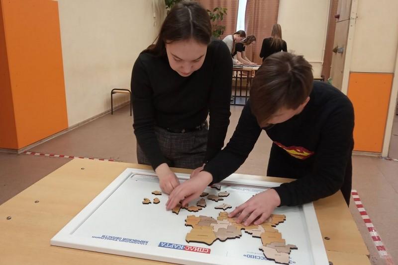 Юным кировчанам предлагают на скорость собрать карты Родины