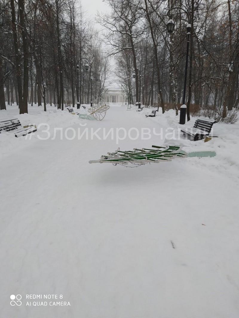 Вандалы устроили дебош в Александровском саду