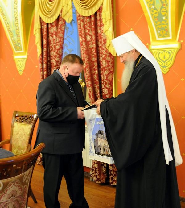 Владыка Марк передал кировским медикам, волонтерам и священникам медали от Патриарха