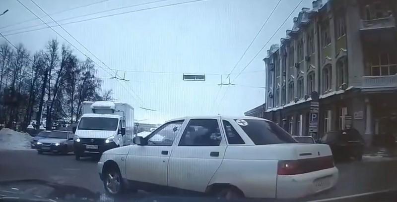 По Кирову ездил автомобиль без водителя