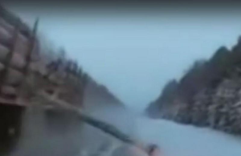 На трассе в Кировской области бревно с лесовоза вылетело в иномарку