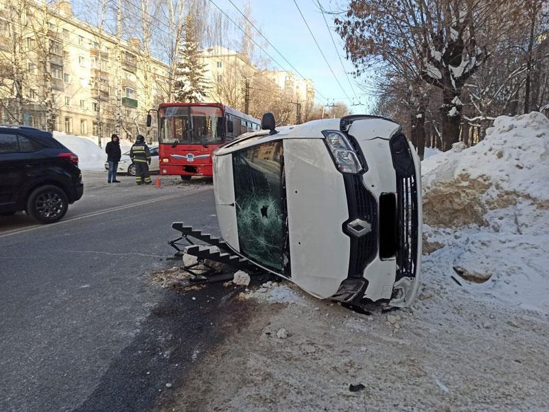 В ГИБДД рассказали об аварии с перевернувшейся иномаркой