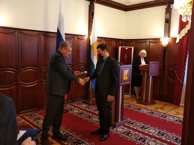 Губернатор вручил премию Кировской области