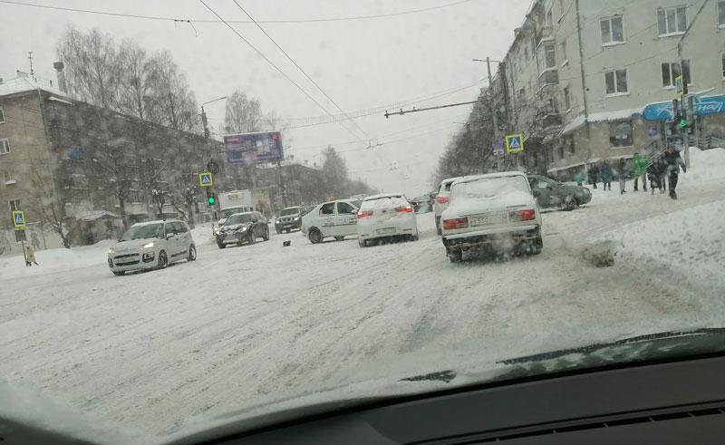 Снегопад стал виновником массовых ДТП в Кирове