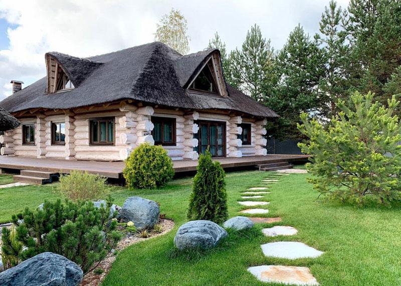 В Кировской области построили жилой дом, напоминающий сказочную избушку