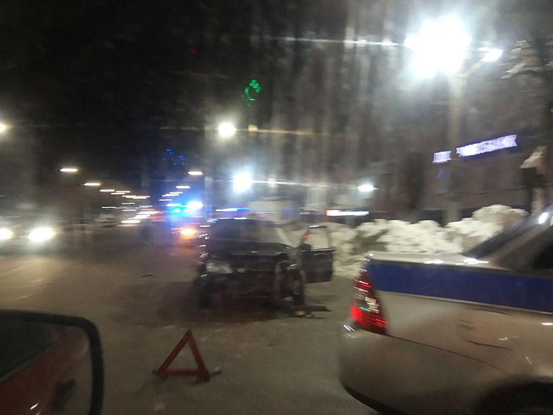 В центре Кирова скорая помощь попала в аварию