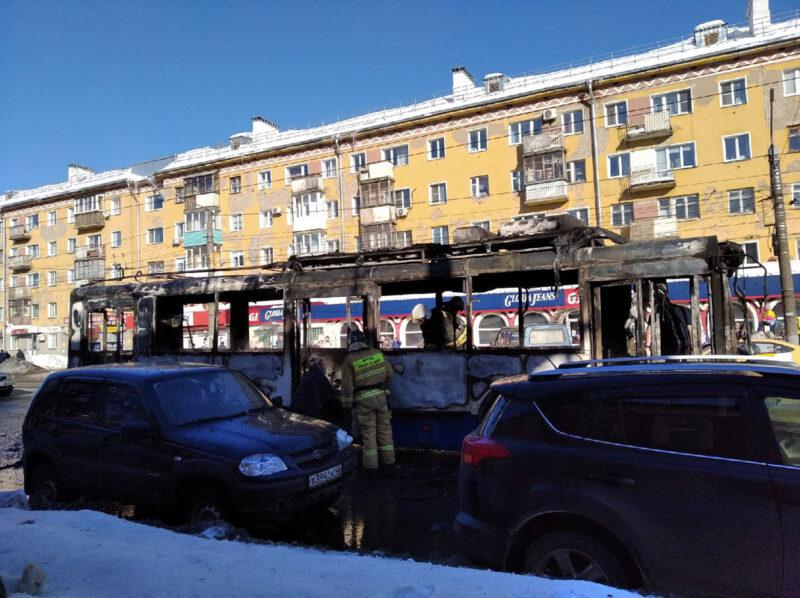 Кировчане сняли на видео горящий троллейбус у филармонии