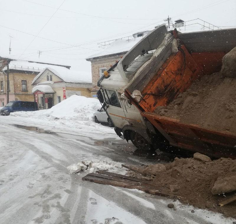 В Кировской области под землю ушёл грузовик