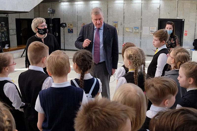 Игорь Васильев сводил школьников в музей