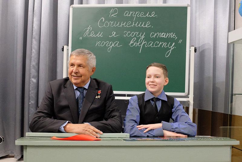Виктора Савиных поздравили с 40-летием со дня первого полета в космос