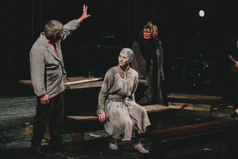 В театре на Спасской состоялась премьера мрачной комедии «Череп из Коннемары»