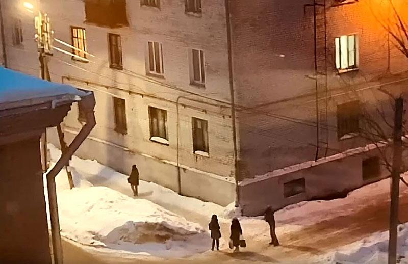 В Кирове с крыши дома на мужчину упала снежная масса