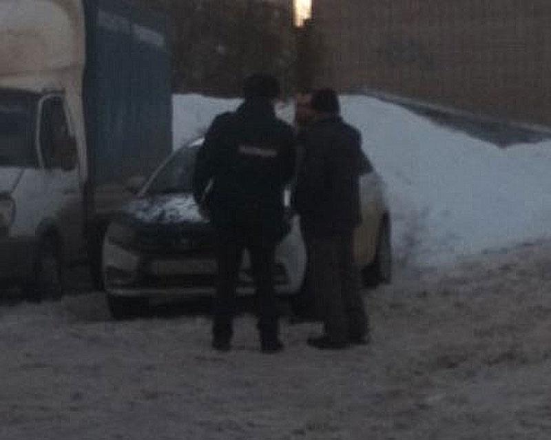 В Кировской области часть козырька магазина упала на припаркованное авто