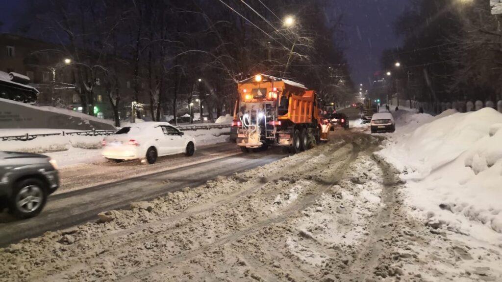 В Кирове «вскрывают» тротуары от снега и льда