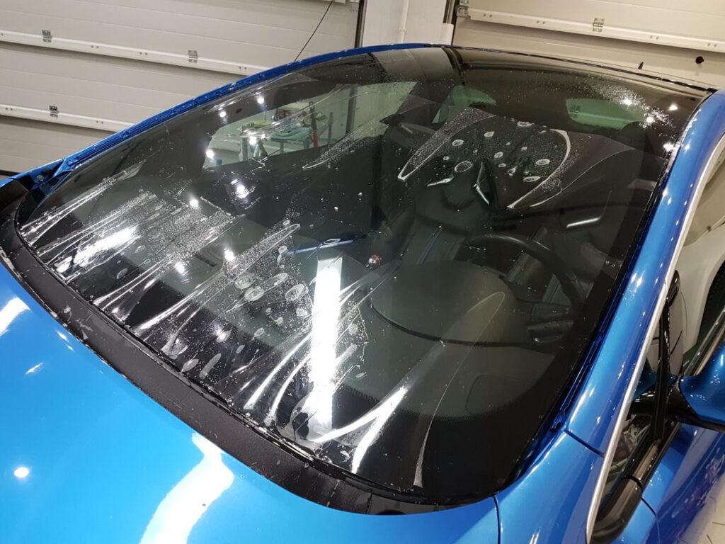 Особенности бронирования лобового и боковых стекол
