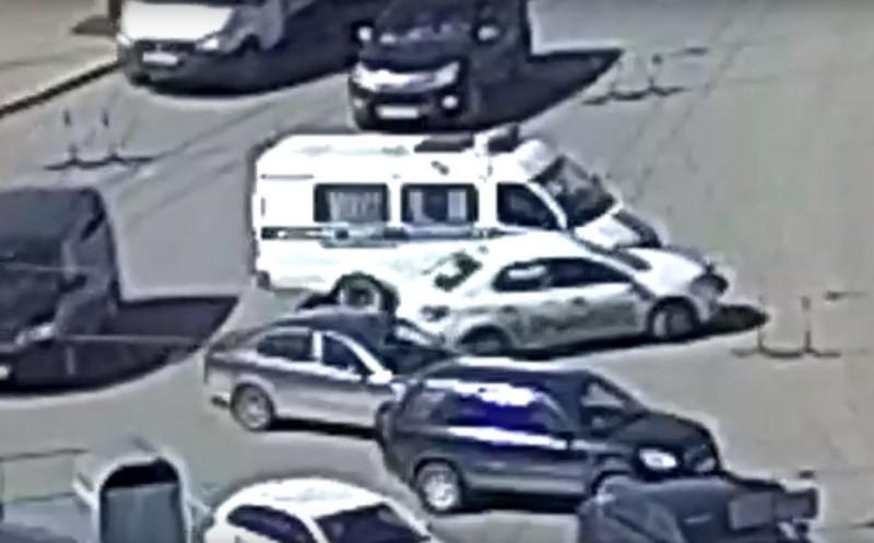 В Кирове таксист врезался в полицейскую машину