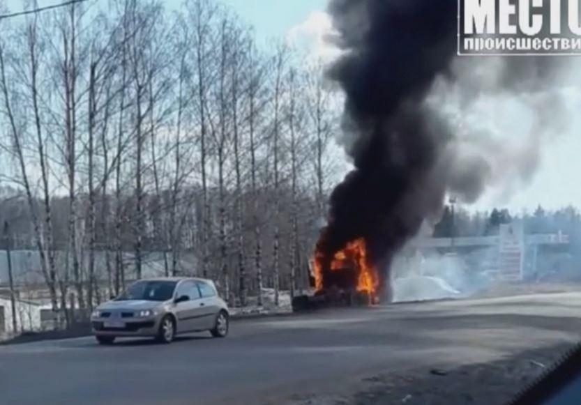 В Кирове рядом с автозаправкой вспыхнул грузовик