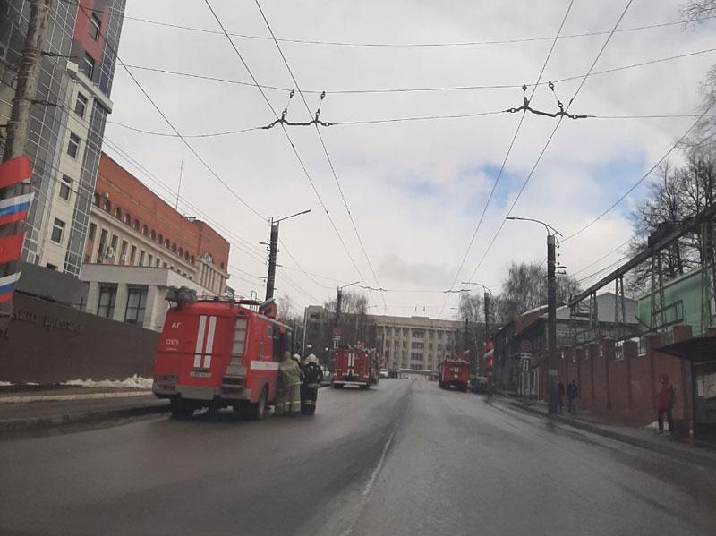 Кировчане заметили скопление пожарных машин у службы судебных приставов