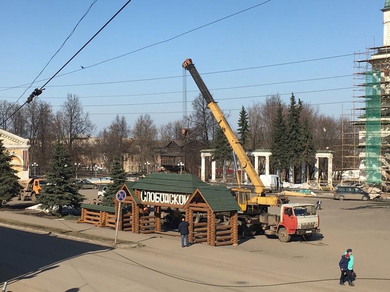 В Слободском демонтируют последний новогодний декор