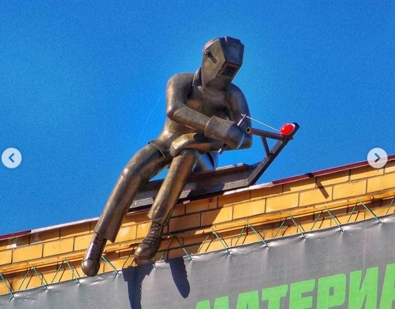 В Кирове на крыше здания появился железный сварщик