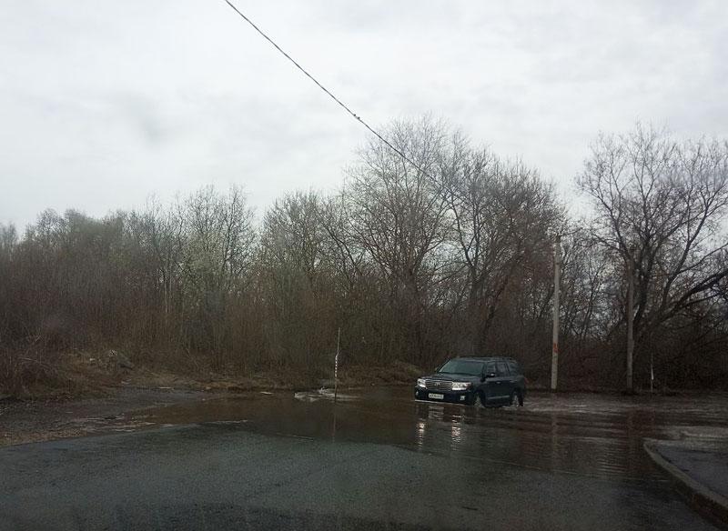 В Вересниках водители ездят по затопленной дороге