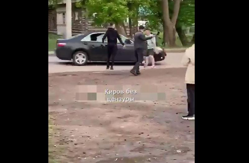 В Кировской области толпа людей закидала камнями машину