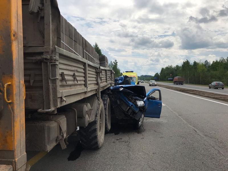 В Кировской области легковушка залетела под грузовик