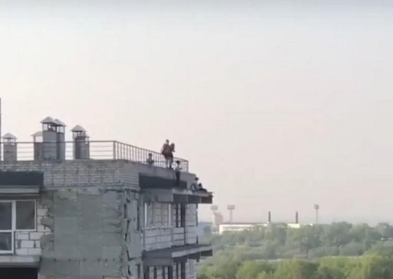 В Кирове подростки забрались на козырек строящейся многоэтажки