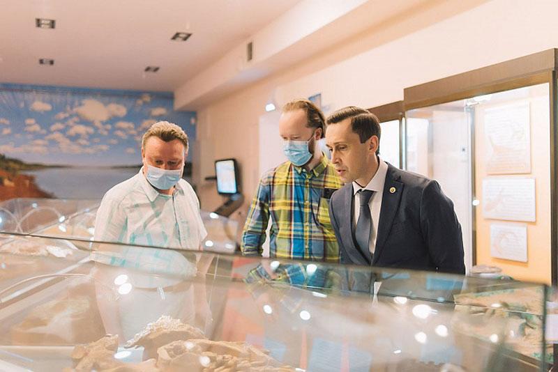 Дмитрий Курдюмов сводил школьников в музей динозавров