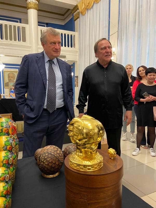 Сергею Ролдугину вручили в Кирове авторский подарок