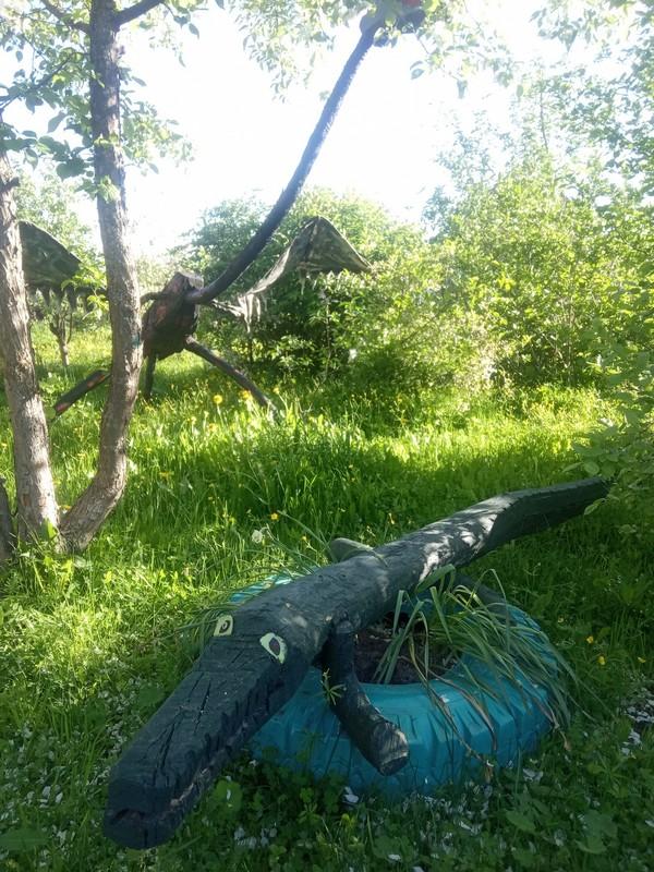 Умелец из Кировской области украсил сад деревянными скульптурами