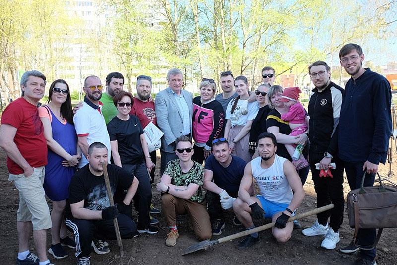Игорь Васильев посадил деревья в Уткином парке