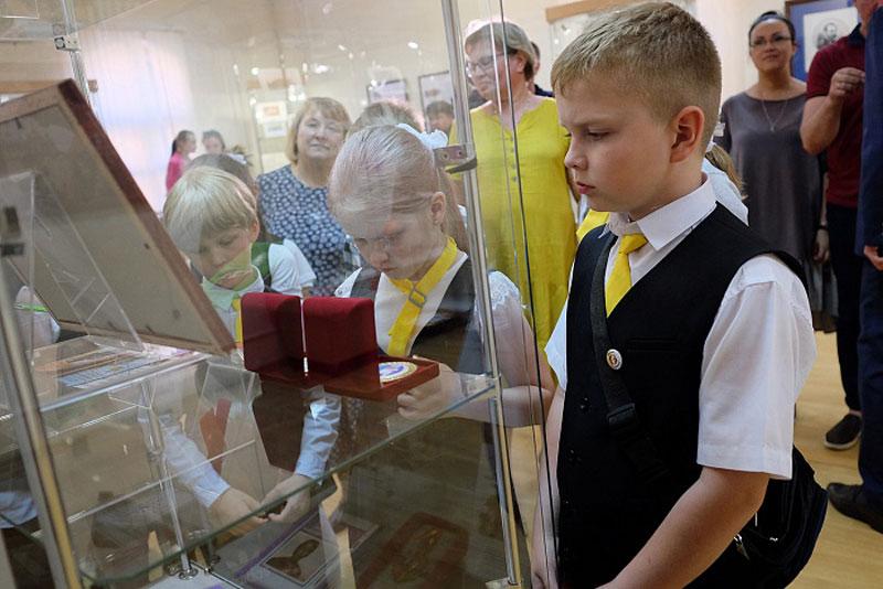 Игорь Васильев сводил школьников на выставку про великого полководца
