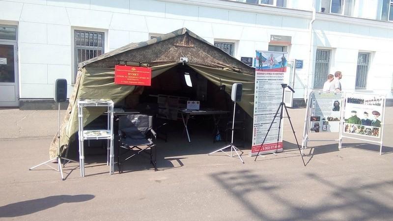 Игорь Васильев и юнармейцы посетили военный агитпоезд на кировском вокзале