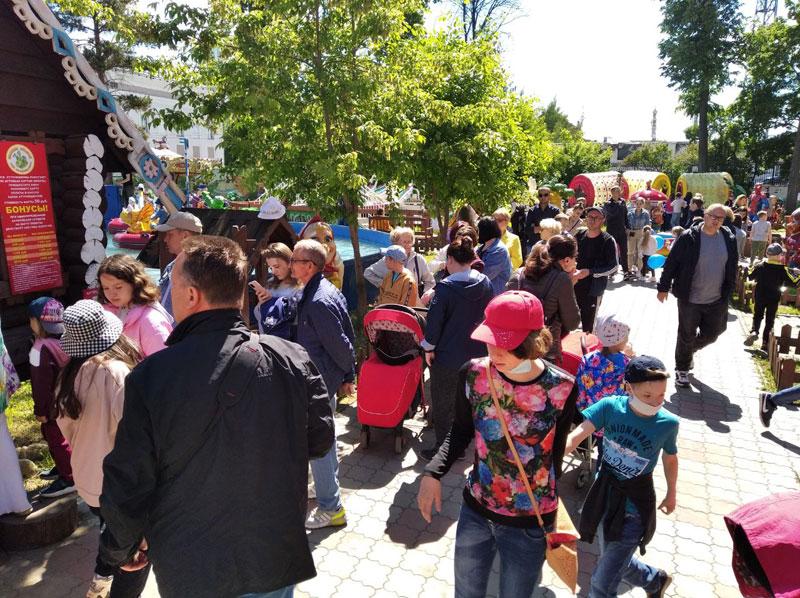 В День защиты детей в кировских парках выстроились очереди к аттракционам