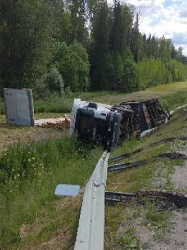 В Кировской области фура опрокинулась из-за лопнувшего колеса