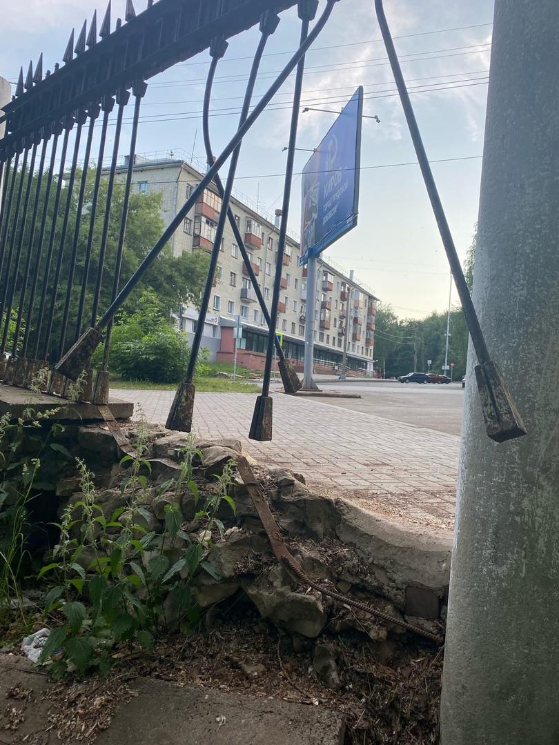 В Кирове заметили еще один сломанный забор