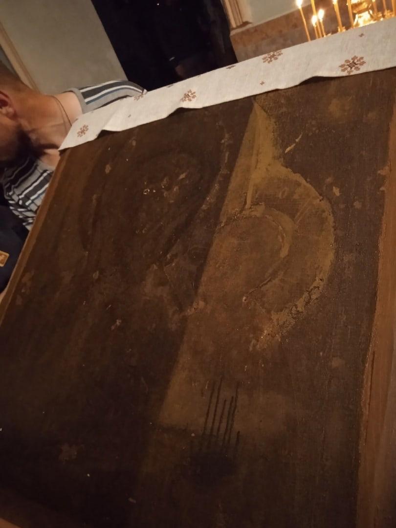 В Великорецком в двери случайно обнаружили старинную икону
