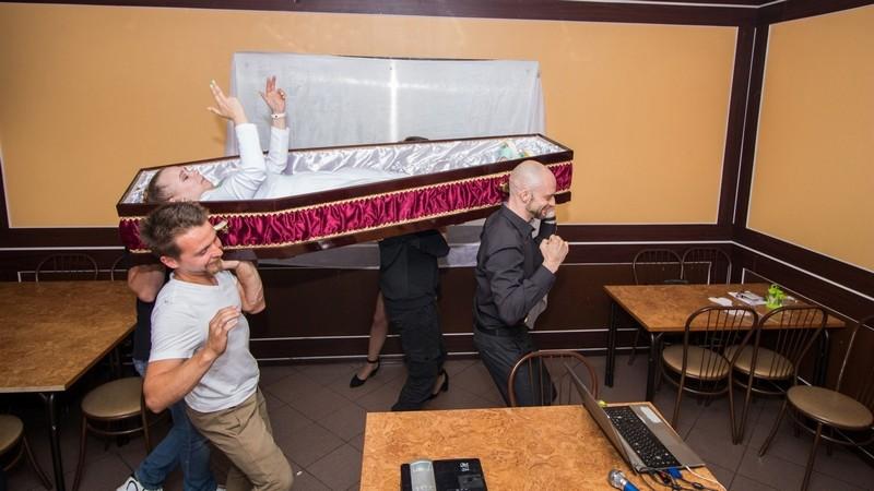Котельничанка Алина отметила день рождения в гробу