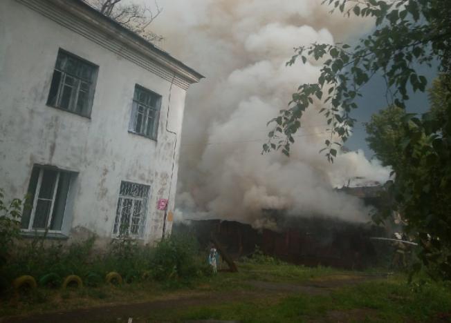 В Кирове на ул.Заречной загорелись гаражи