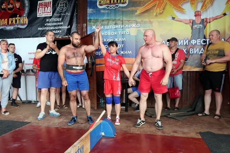 В Киров съехались сильнейшие спортсмены по армрестлингу и жиму штанги