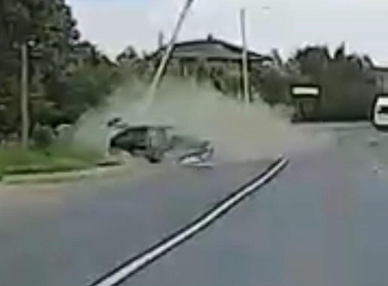 В Кирове автомобиль снес столб: он рухнул прямо на проезжую часть