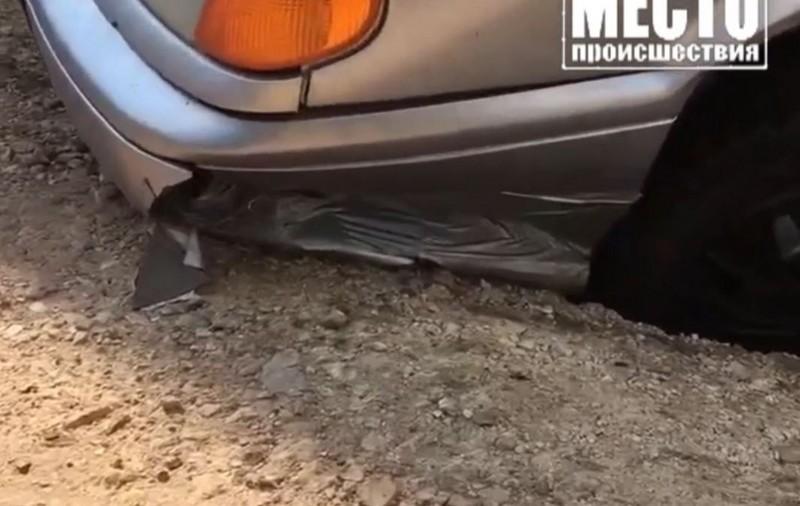 В Кирове автомобиль провалился в яму с кипятком