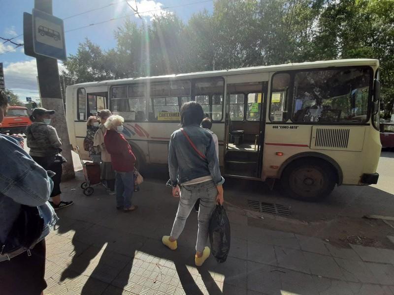 """В Кирове """"Рено"""" врезался в пассажирский автобус"""