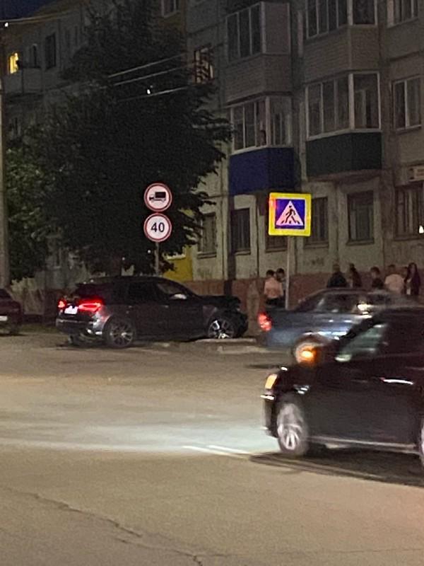 В Кирово-Чепецке внедорожник залетел на тротуар