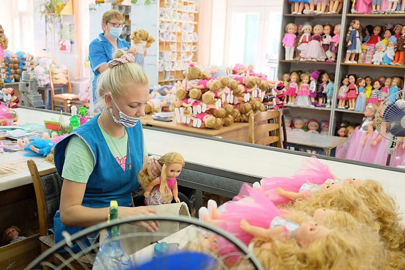 Игорь Васильев посетил главное кукольное предприятие Кировской области