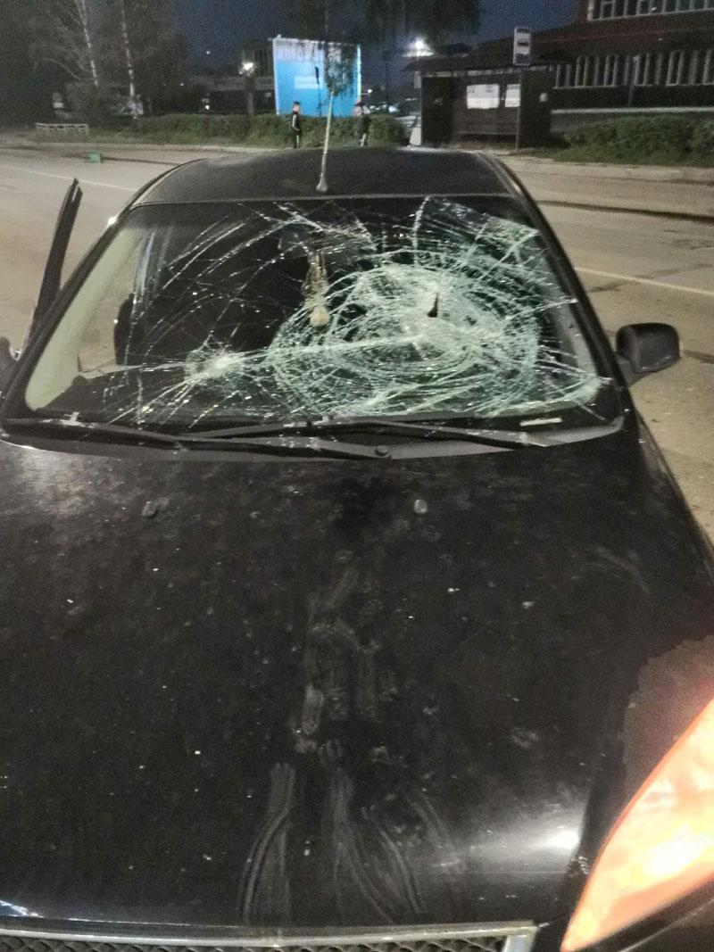 В Кирове хулиган бросил железную урну в едущий автомобиль